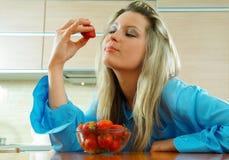 Frau mit Erdbeere Lizenzfreies Stockbild