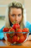 Frau mit Erdbeere Stockfotos