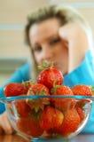 Frau mit Erdbeere Lizenzfreie Stockfotografie