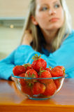 Frau mit Erdbeere Stockbild