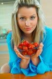 Frau mit Erdbeere Stockfotografie