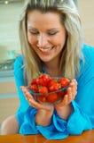 Frau mit Erdbeere Lizenzfreie Stockfotos