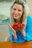 Frau mit Erdbeere Lizenzfreie Stockbilder