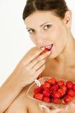 Frau mit Erdbeeren Lizenzfreies Stockbild