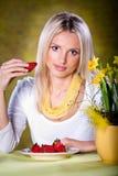 Frau mit Erdbeeren Stockbilder