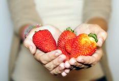 Frau mit Erdbeeren Stockbild