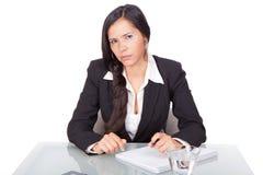 Frau mit ernstem Blick lizenzfreie stockfotos