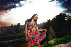 Frau mit erstaunlichem Himmel hinter ihr Stockfotografie