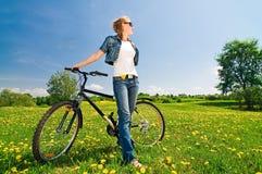 Frau mit Fahrrad Stockfoto