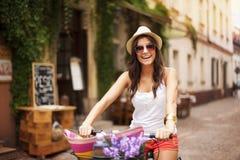 Frau mit Fahrrad lizenzfreie stockbilder