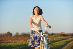 Frau mit Fahrrad Stockbild