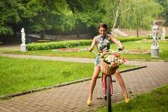Frau mit Fahrrad Stockfotos