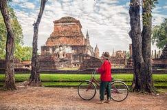 Frau mit Fahrrad nahe Tempel in Thailand lizenzfreies stockbild