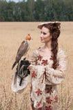 Frau mit Falken an Hand Lizenzfreie Stockfotografie