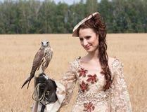 Frau mit Falken an Hand Stockfoto