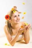 Frau mit fallenden Blumen Stockfoto