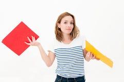 Frau mit Faltblättern stockfotografie