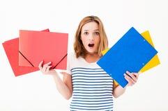 Frau mit Faltblättern lizenzfreie stockfotografie