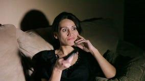 Frau mit Fernbedienung stock footage