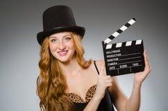 Frau mit Filmbrett Stockfotografie