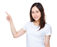 Frau mit Fingerpunkt oben Lizenzfreie Stockfotografie