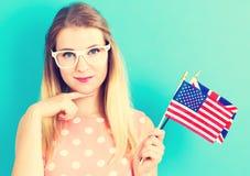 Frau mit Flaggen von Englisch sprechenden Ländern stockbild