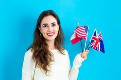 Frau mit Flaggen von Englisch sprechenden Ländern stockfotos