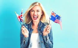 Frau mit Flaggen von Englisch sprechenden Ländern lizenzfreie stockbilder
