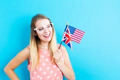 Frau mit Flaggen von Englisch sprechenden Ländern lizenzfreie stockfotos