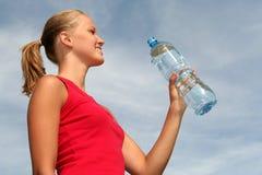 Frau mit Flasche Mineralwasser Stockfotos