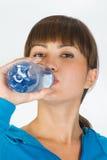 Frau mit Flasche Wasser Stockfotografie