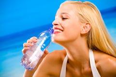Frau mit Flasche Wasser Stockbild