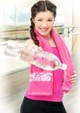 Frau mit Flasche Wasser in der Gymnastik Stockbild