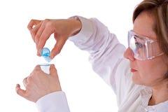 Frau mit Flaschen und schützenden Gläsern stockfoto