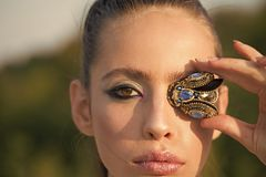 Frau mit Fliegenbroschenschmuck am Make-upgesicht, Blick Arbeiten Sie Blick des stilvollen Mädchens, Make-uptendenz um Kosmetik f Stockbilder