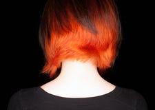 Frau mit flippiger Haarart auf schwarzem Hintergrund Stockfotos