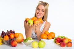 Frau mit Früchten stockbilder