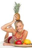 Frau mit Früchten lizenzfreie stockfotos