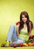 Frau mit Früchten lizenzfreie stockbilder