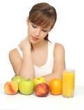 Frau mit Früchten und Saft stockfotografie
