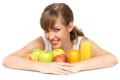 Frau mit Früchten und Saft Stockbild
