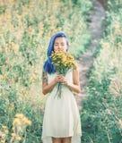 Frau mit Frühlingsblumenstrauß Lizenzfreies Stockfoto