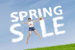 Frau mit Frühlingsverkaufszeichen Stockbilder