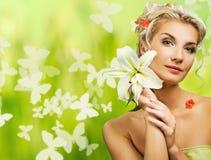 Frau mit frischen Blumen in ihrem Haar. stockbild