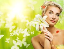 Frau mit frischen Blumen in ihrem Haar. lizenzfreie stockfotografie