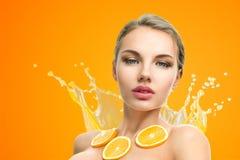Frau mit Frucht Stockfotos