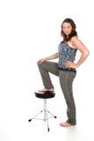Frau mit Fuß auf Schemel Lizenzfreies Stockfoto