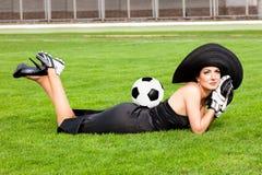 Frau mit Fußballkugel stockbild