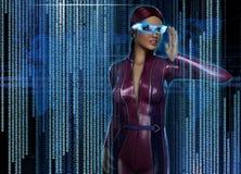 Frau mit futuristischem HUD Display Glasses Lizenzfreies Stockfoto
