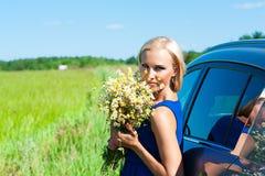Frau mit Gänseblümchen bei der Handstellung Lizenzfreie Stockfotografie